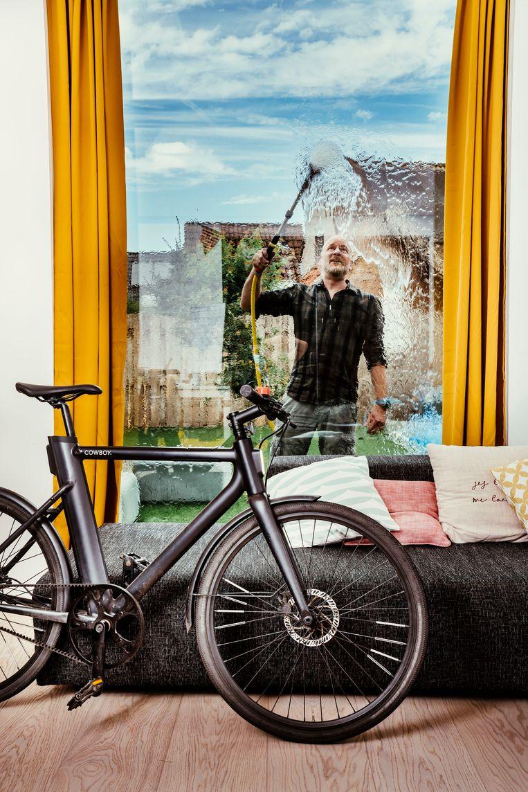 Tom Leentjes kocht twee jaar geleden een elektrische Cowboy-fiets: 'Ideaal voor woon-werkverkeer, maar ik zal er geen picknickmand op kwijt kunnen. Die geef ik dan aan mijn vrouw.' (lacht) Beeld © Stefaan Temmerman