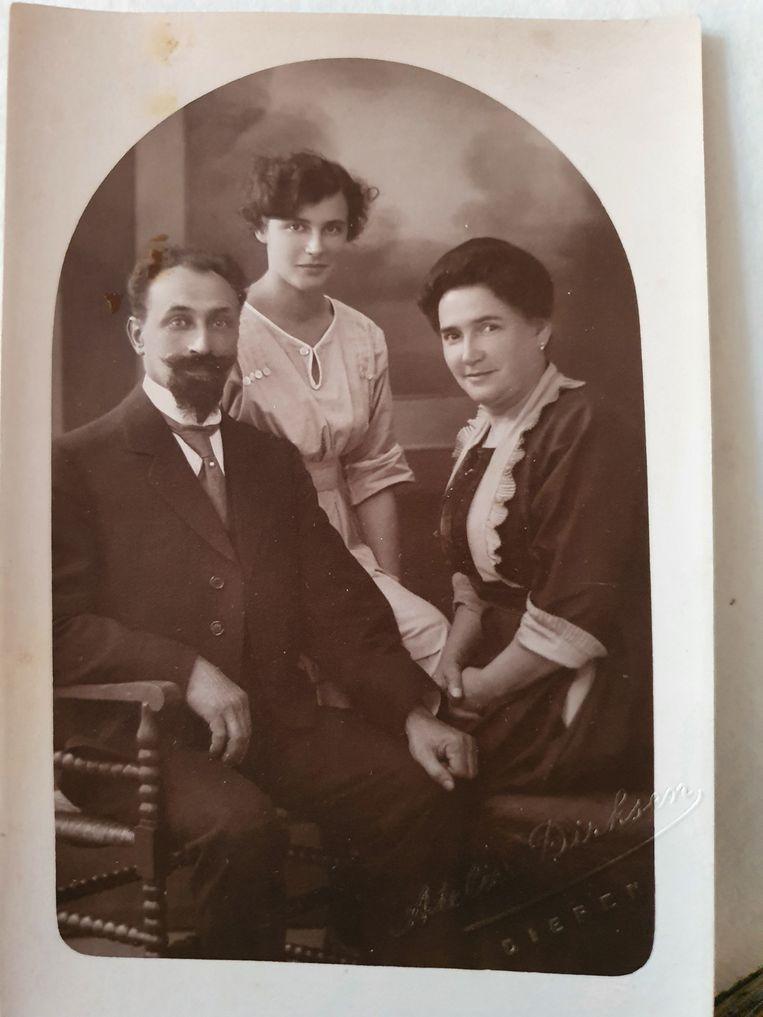 Sam de Hoop met zijn vrouw Hendrina en dochter Lucie, circa 1920. Beeld Privécollectie Ellen Roco-Rosenberg
