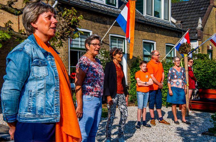Vorig jaar zag Koningsdag er ook al anders uit vanwege de coronamaatregelen. Hier zingen buren in Ouderkerk aan den IJssel samen het Wilhelmus mee met de klokken van het carillon.