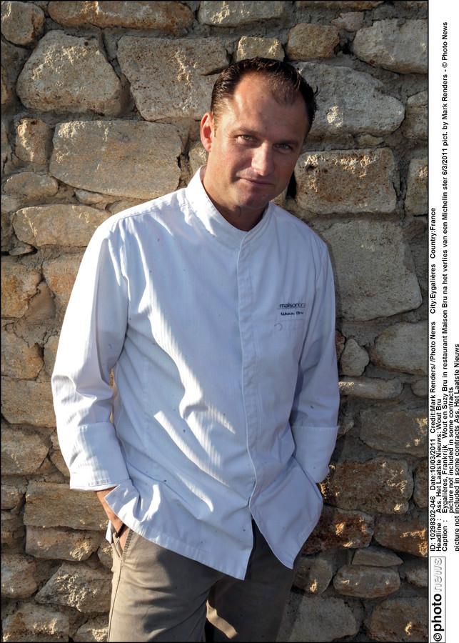 Wout Bru voor zijn restaurant in het Zuid-Franse Eygalières.