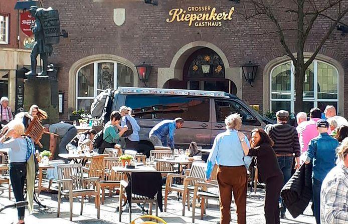 Het terras voor het restaurant in Münster waar vanmiddag een minibusje op het publiek inreed.