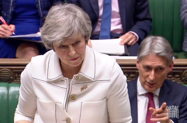 Theresa May en rechts achter haar minister van Economische Zaken Philip Hammond.
