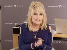 "Dolly Parton se fait vacciner et chante ""Vaccine"" sur un air de ""Jolene"""