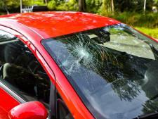 Brommerrijder belandt op voorruit van auto bij botsing op fietspad in Tilburg