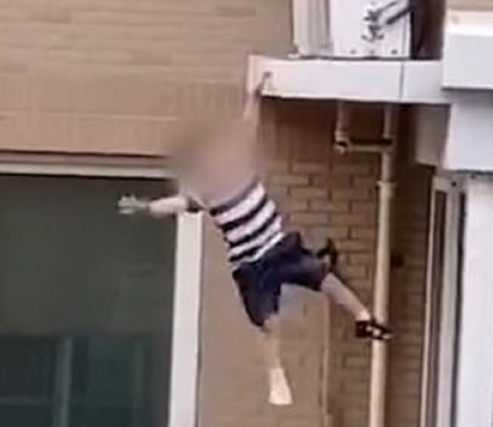 Het 2-jarige jongetje vlak voor zijn val.