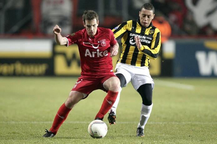Wout Brama (links) van FC Twente in duel met Ismaïl Aissati van Vitesse.