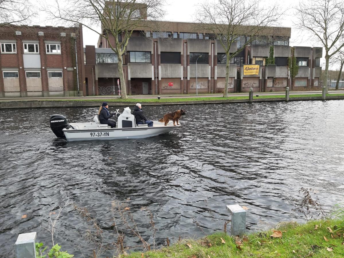 Bij de zoektocht naar de vermiste Flynn wordt gezocht in het kanaal tussen Julianabrug en Havenbrug in Helmond.