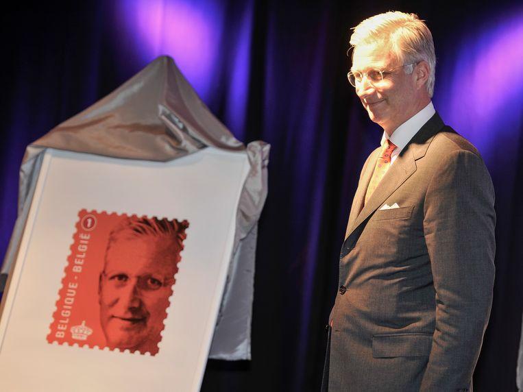 Koning Filip bij een postzegel met zijn portret. Beeld BELGA