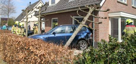 Complete ravage in Nijkerk; auto rijdt woning binnen