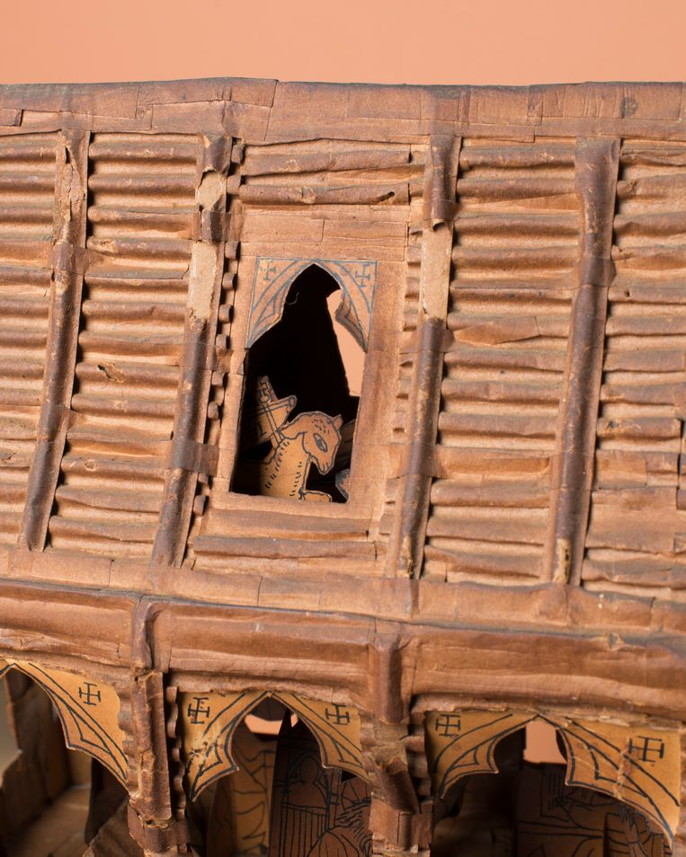 Portret van het Lam Gods op de zolderverdieping, aan de achterzijde van het dak. Elk figuurtje is door Schoonhoven met pen en Oost-Indische inkt getekend en aan de voet voorzien van zijn naam. Al in 1940 maakte Schoonhoven pentekeningen van kerkinterieurs en bijbelscènes. Beeld Annabel Miedema