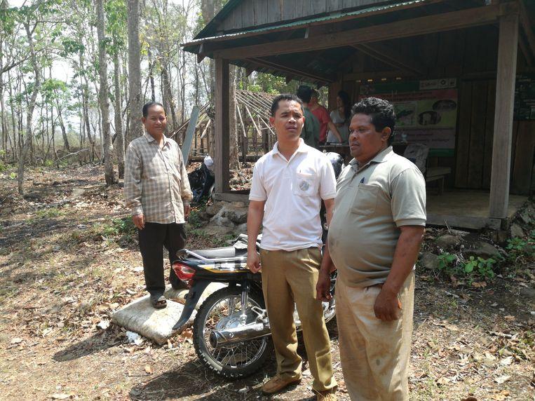 Toy Ampeing (l.) en boswachter Sum Samoeung (r.) wonen allebei in de 'tijgerzone'. 'Bang zijn wij niet. We weten dat de tijger ons niets zal doen.'  Beeld Barbara Debusschere