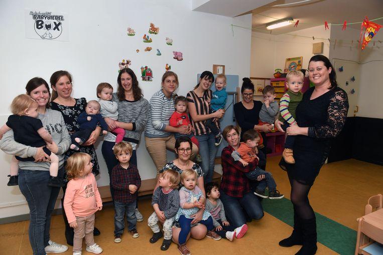 Zaakvoerster Kirsten De Belder (eerste van rechts) van kinderopvang Baby Biebel Box in Huldenberg
