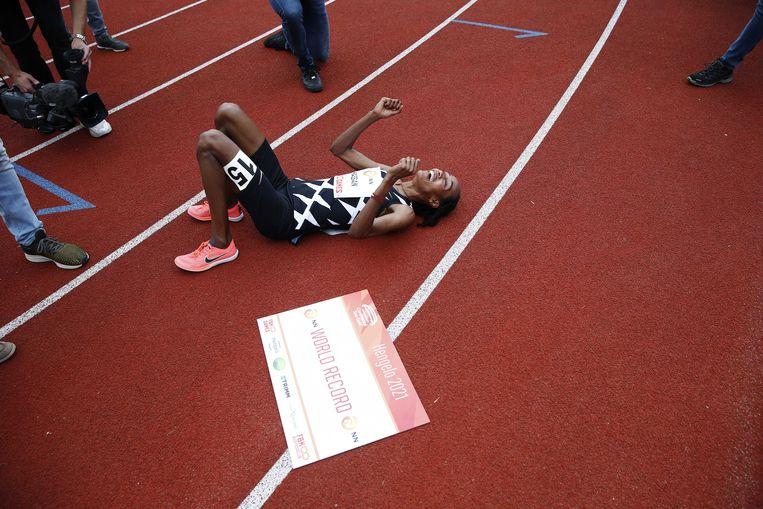 Hassan na afloop van de race waarin ze zondag het wereldrecord verpulverde.  Beeld EPA