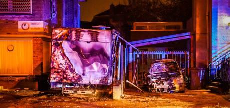 Metershoge vlammen door brandende camper en auto in Eindhoven, brandstichting niet uitgesloten