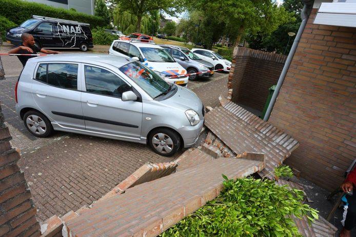 Auto ramt muur in Vught