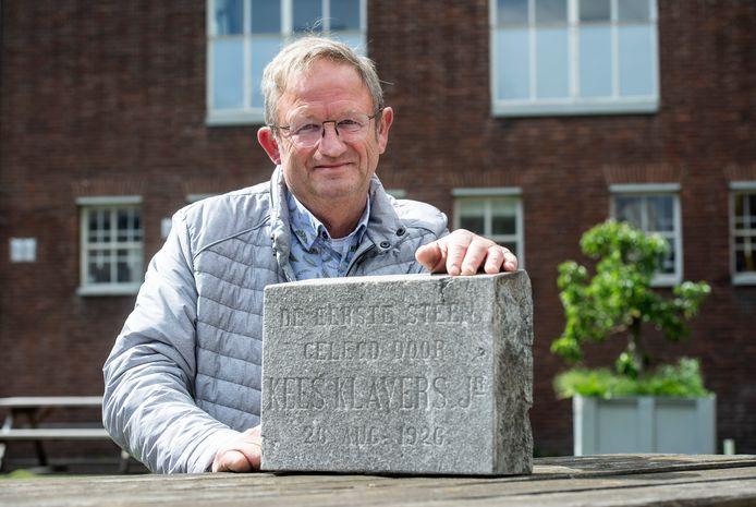 Pieter Klavers met de eerste steen die ooit de hoek markeerde van het inmiddels gesloopte huis van zijn grootouders op het terrein van conservenfabriek Klavers-Jansen in Breda