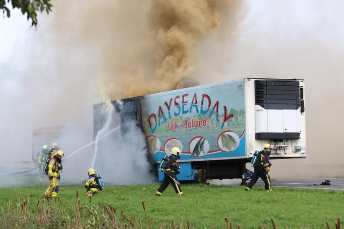 De brandende vrachtwagentrailer langs de A28.