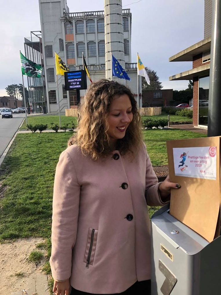 Daarna deponeerden ze hun nieuwjaarsbrief in de brievenbus van het administratief centrum.