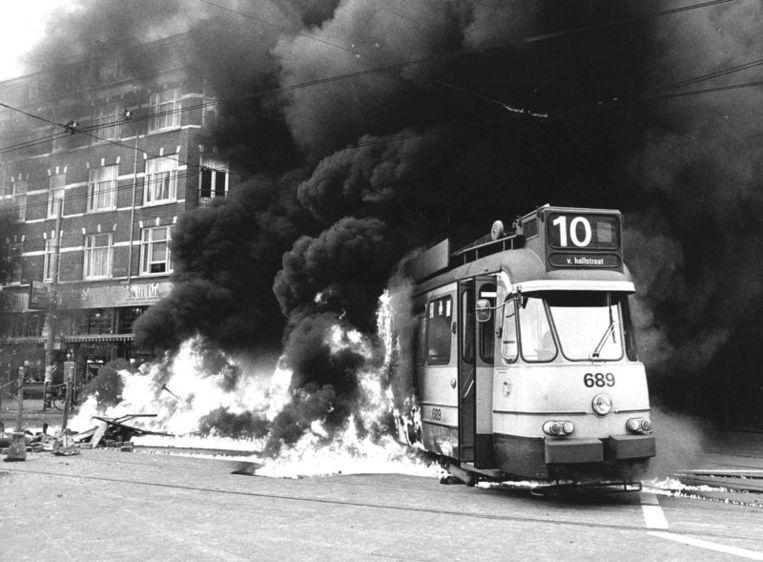 Naar aanleiding van de ontruiming van het kraakpand Lucky Luijk is tijdens de rellen een tram op de kruising Van Baerlestraat / Willemsparkweg in brand gestoken. Beeld