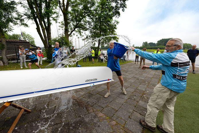 Opening Roeiseizoen bij roeivereniging De IJssel aan het Ganzendiep bij Kampen. Daan Gunnink (r) en Coen Koppert doopten bij de gelegenheid de gloednieuwe C4/C5.