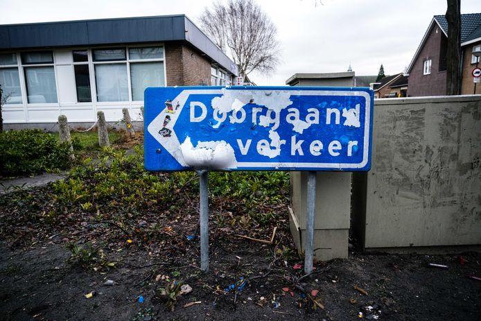 Een beschadigd verkeersbord in Veen. Ook in andere plaatsen in de regio moesten verkeersborden en prullenbakken het ontgelden rond de jaarwisseling.