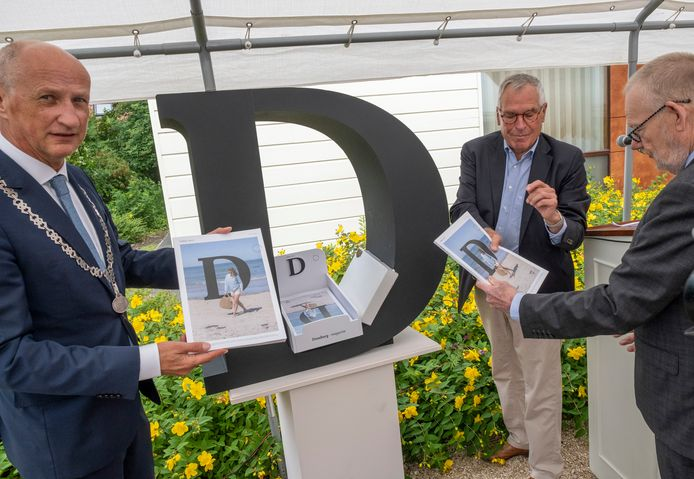 Burgemeester Rob van der Zwaag, Anne Mast en gedeputeerde Dick van der Velde met de nieuwe D.