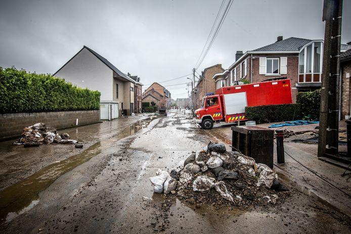 Er ligt vooral veel modder en slijk in de straten. De brandweer is inmiddels bezig met het oppompen van water uit kelders van huizen.