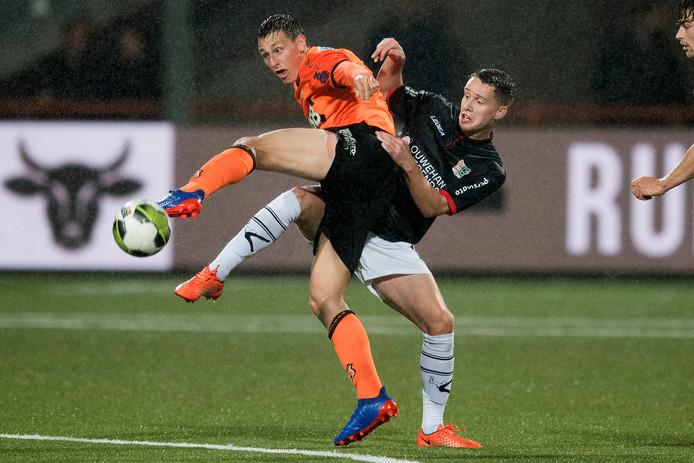 Frank Sturing (r) in duel om de bal met Volendam-speler Enzo Stroo.