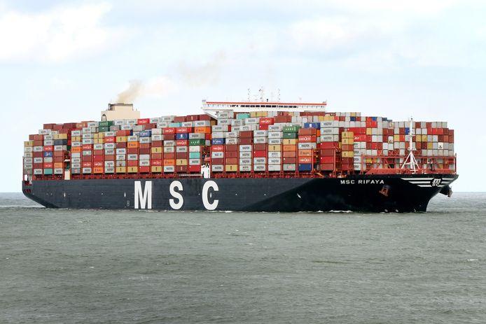 Containerschip MSC Rifaya komt na de blokkade in het Suezkanaal vanavond aan in de Rotterdamse haven.