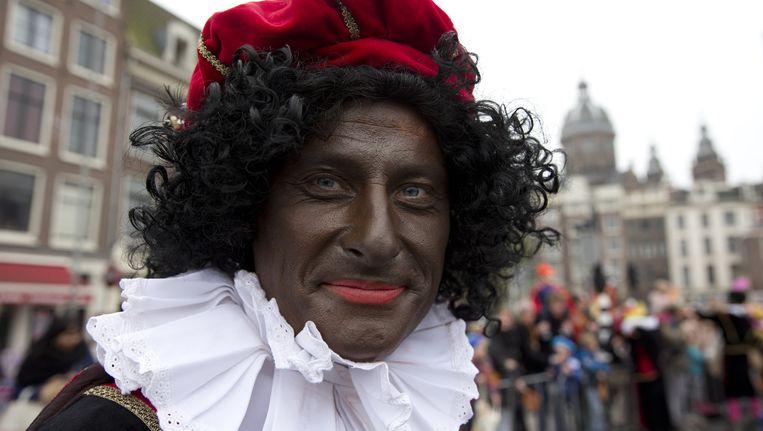Zwarte Piet tijdens de intocht in Amsterdam Beeld ap