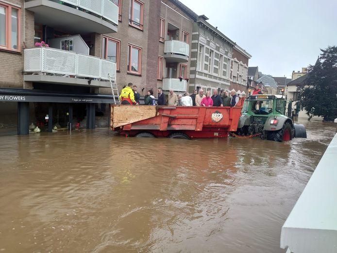 De Zeeuwse redders evacueren een appartementencomplex in Valkenburg.