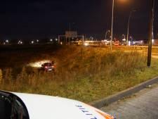 Auto belandt onderaan talud na botsing in Waalwijk