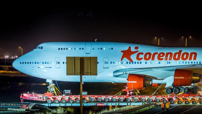 Een volledig gestripte Boeing 747 van luchtvaartmaatschappij Corendon wordt getransporteerd over de A9.