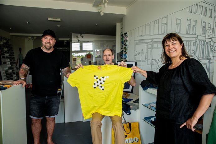 Een speciaal vervaardigd Okimono-shirt voor Paul Hendriks. Hij krijgt het shirt uit handen van de oud-Vitessenaren Theo Janssen en Ester Bal.