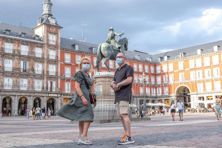 Jose Luis Martinez en zijn vrouw Marisa Martinez op het Plaza Mayor in Madrid. Deze zomer zijn ze toerist in eigen land, omdat ze niet het risico willen lopen besmet te raken tijdens een verre reis. Beeld Eline van Nes