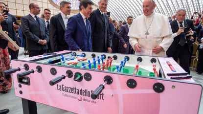 Paus laakt overdreven spelerslonen in het voetbal