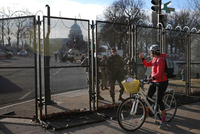 Na de bestorming van het Capitool is een tijdelijk hek geplaatst.  Beeld REUTERS