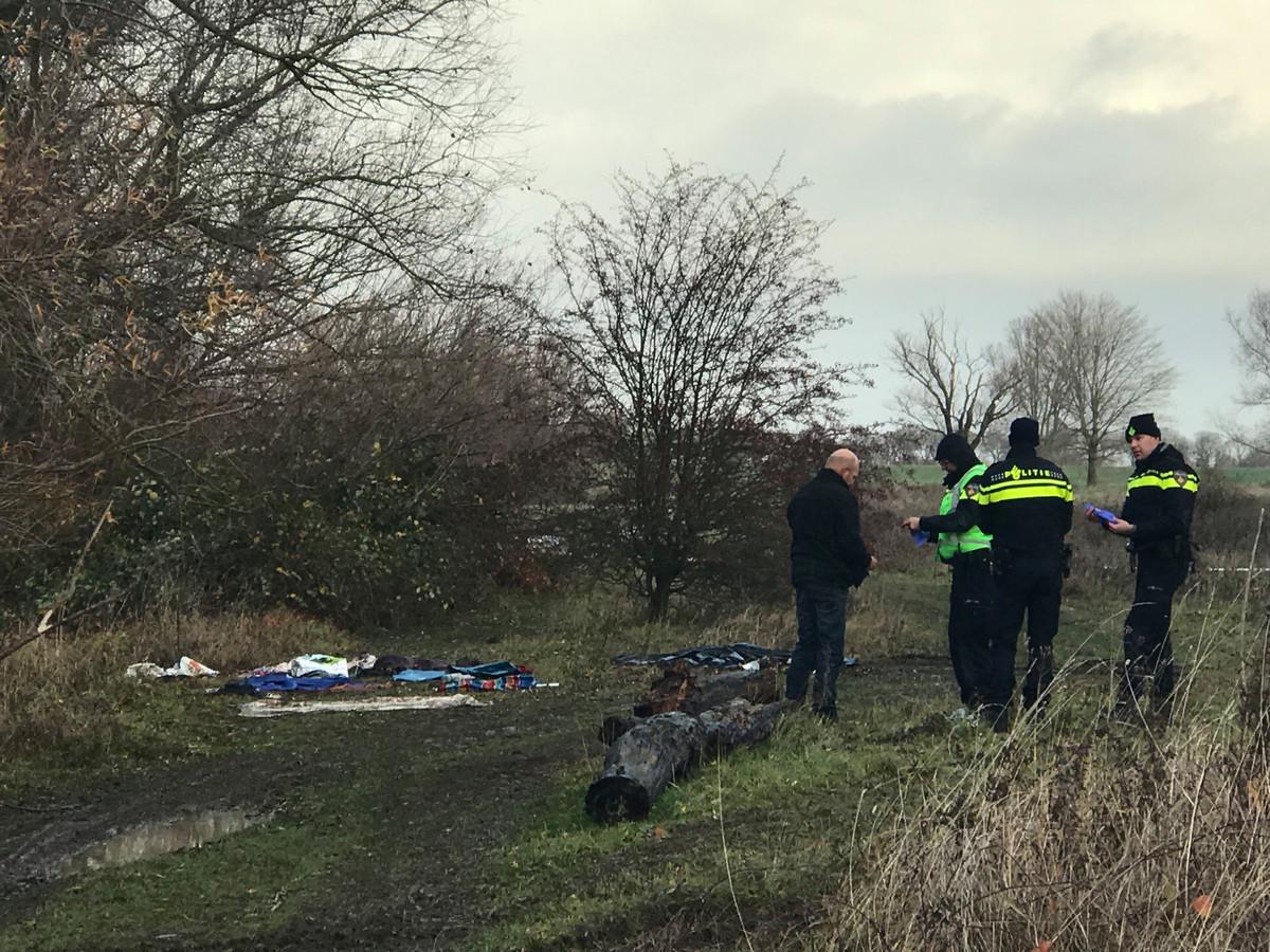 De politie doet onderzoek op de locatie waar de man in het tentje werd gevonden.