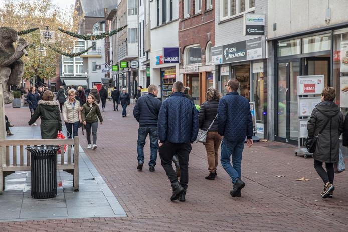 Winkelend publiek in de Veestraat in Helmond.