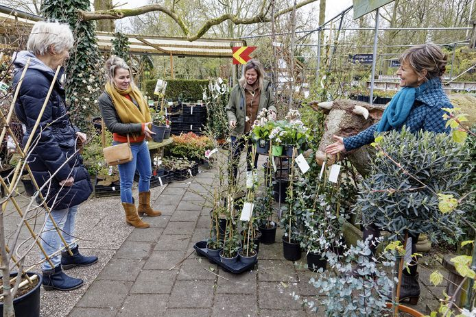 ,,Onze bloemen, planten, bomen en tuinaccessoires, alles staat buiten. Je hoeft geen mondkapje te dragen'', vertelt stadskweker Martine Gommers.