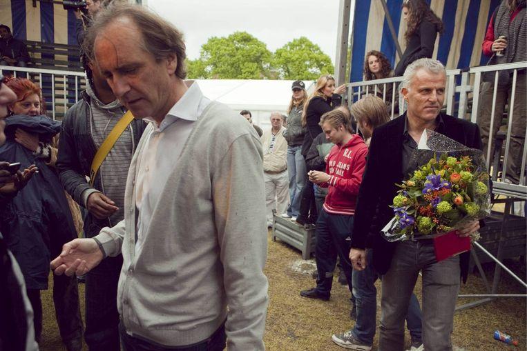 Peter R. de Vries en Erik de Vlieger verlaten het podium na het debat op het Bevrijdingsfestival. Foto Amaury Miller Beeld