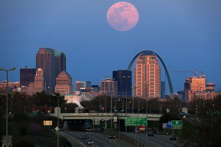 De roze supermaan boven St. Louis in de VS, vorig jaar in april. Beeld Photo News