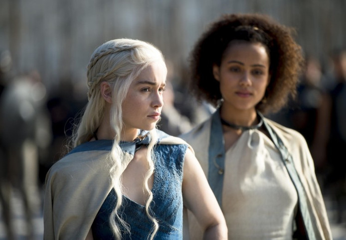 Drakenkoningin Daenarys Targaryen en Missandei (rechts)