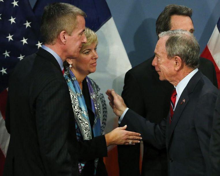 Burgemeester van New York Michael Bloomberg en de ouders van Grace, Lynn en Chris McDonnell Beeld reuters