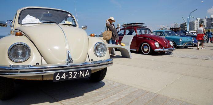 Volkswagen Kevers en busjes op de boulevard van Scheveningen.
