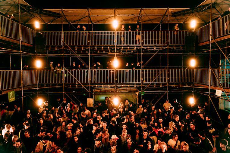 Binnenin het Newcastle-podium op HORST. Beeld Illias Teirlinck