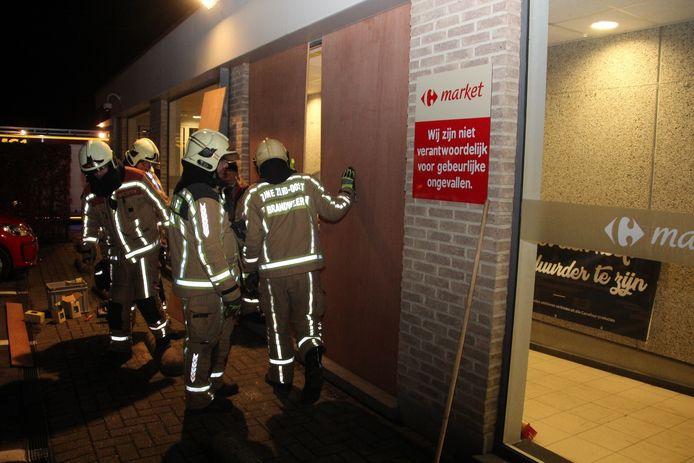 De brandweer maakte het raam dicht met houten platen.