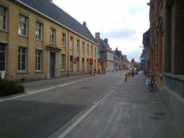 Twee leerlingen uit het zesde leerjaar van de vrije basisschool Sint-Benedictus in Poperinge werden vorige week meermaals benaderd door een auto op weg naar school.