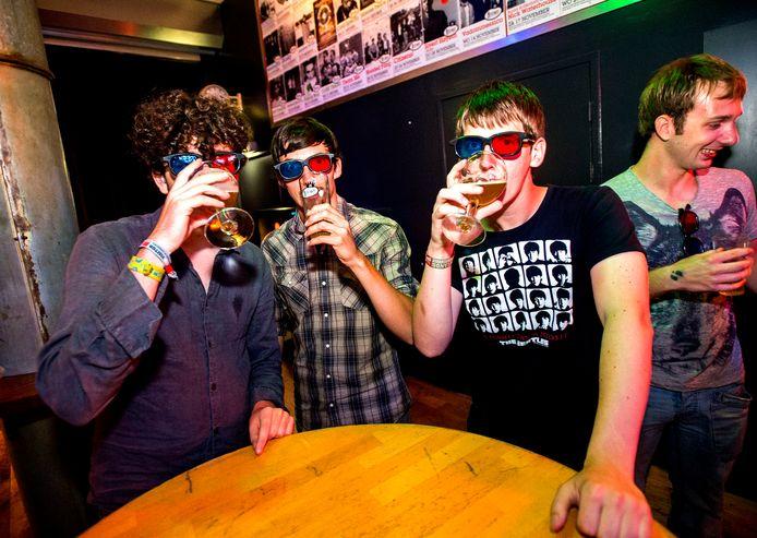 Samen een biertje drinken in Rotown. Via de nieuwe service kun je een concertbuddy zoeken.