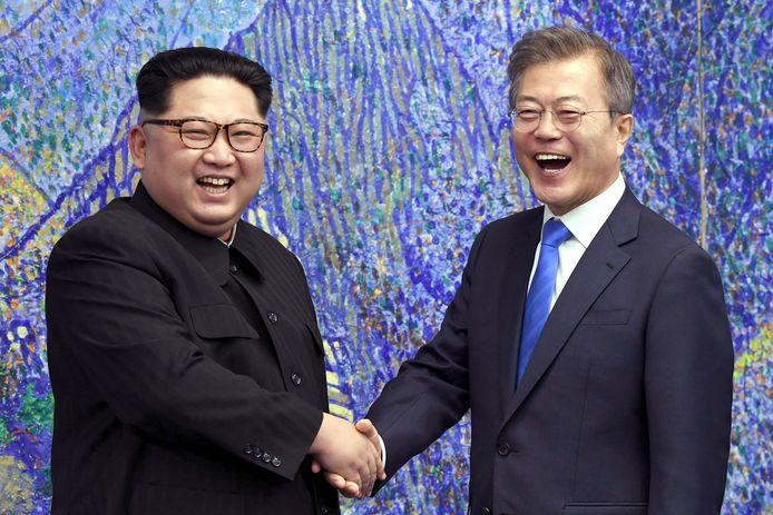 De Noord-Koreaanse leider Kim Jong Un (l) en de president van Zuid-Korea, Moon Jae-In.
